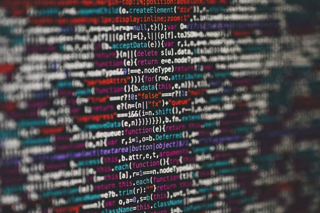 Bob! desk - GMAO full web ou Gestion de Maintenance Assistée par Ordinateur logiciel : des mises à jours spontanées du logiciel, des bugs, en fonction des systèmes d'exploitation des supports fixes, mobiles, ou tablettes - femme d'affaires regardant son smartphone, tout en travaillant sur son ordinateur portable dans un café, en face d'un homme d'affaires lisant le journal.