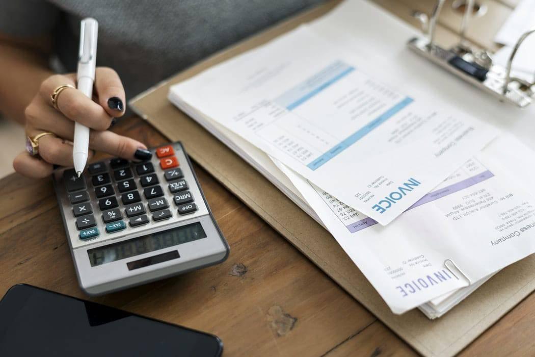 Bob! desk - GMAO ou Gestion de Maintenance Assistée par Ordinateur - abonnement mensuel, avantages, comptabilité, femme faisant ses comptes
