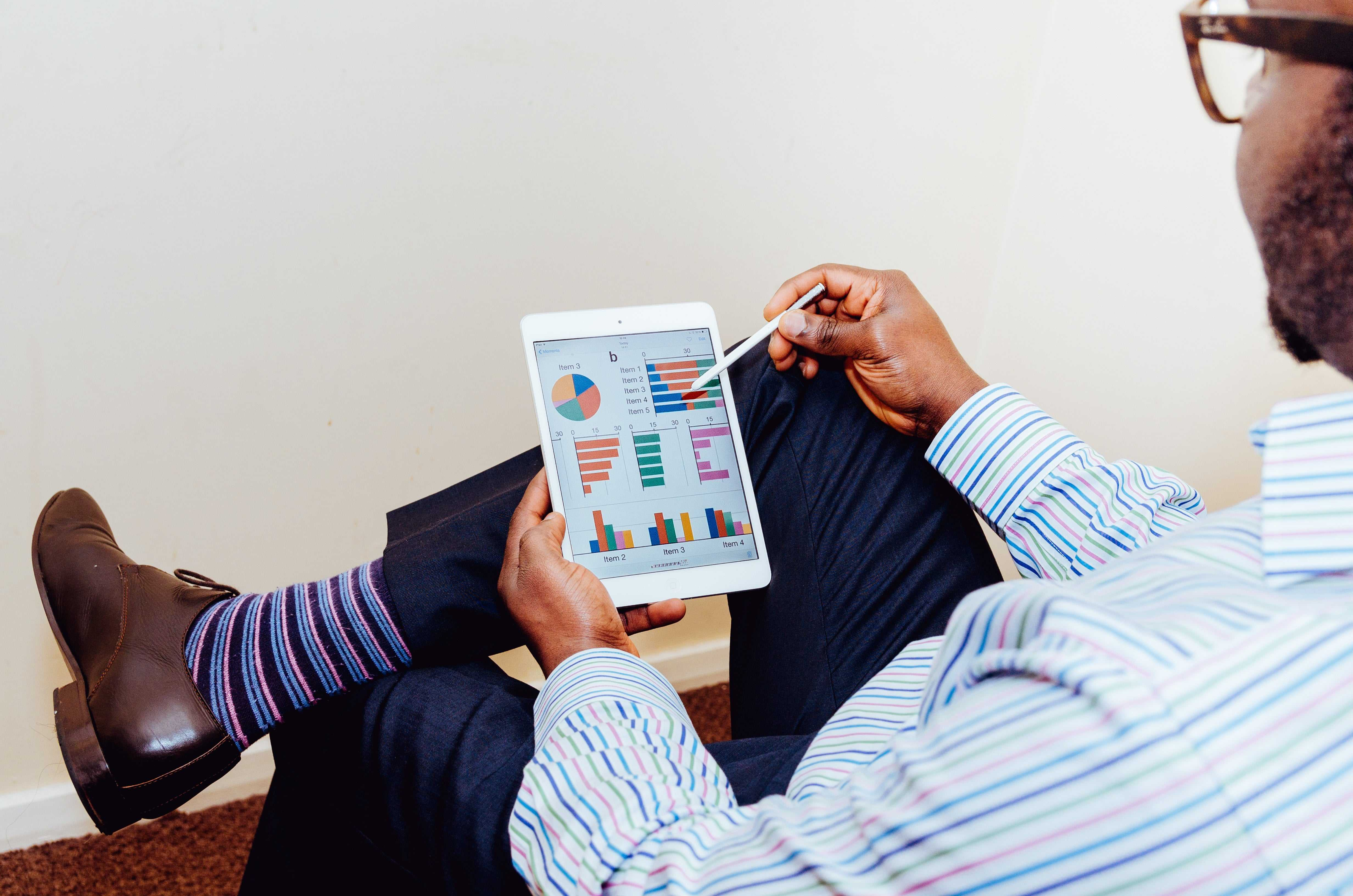 Simplifier l'état des lieux grâce à la GMAO - Logiciel de maintenance GMAO - Homme, tablette, écran, graphique, suivi