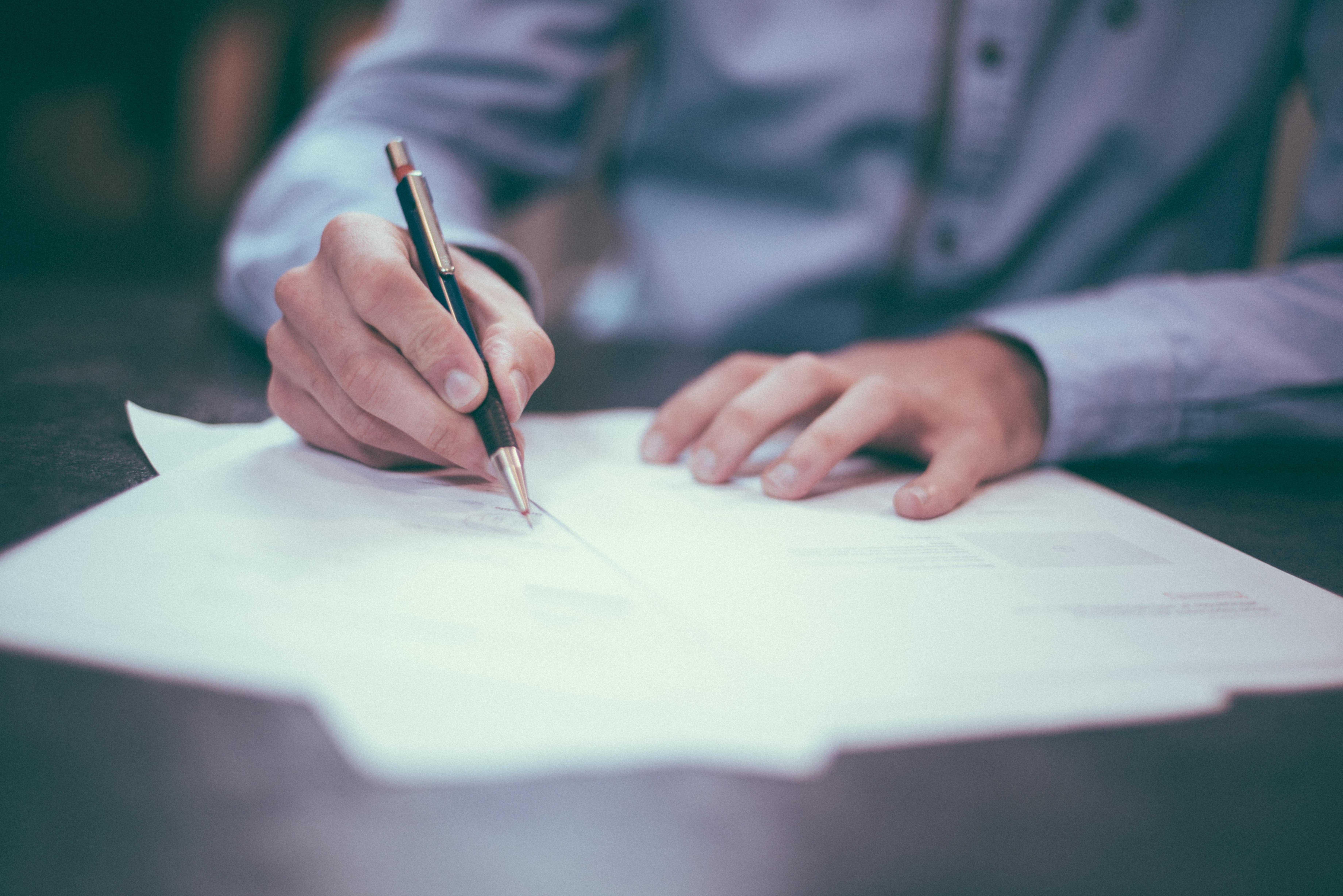 Simplifier l'état des lieux grâce à la GMAO - Logiciel GMAO - Personne, écrire, feuille, table