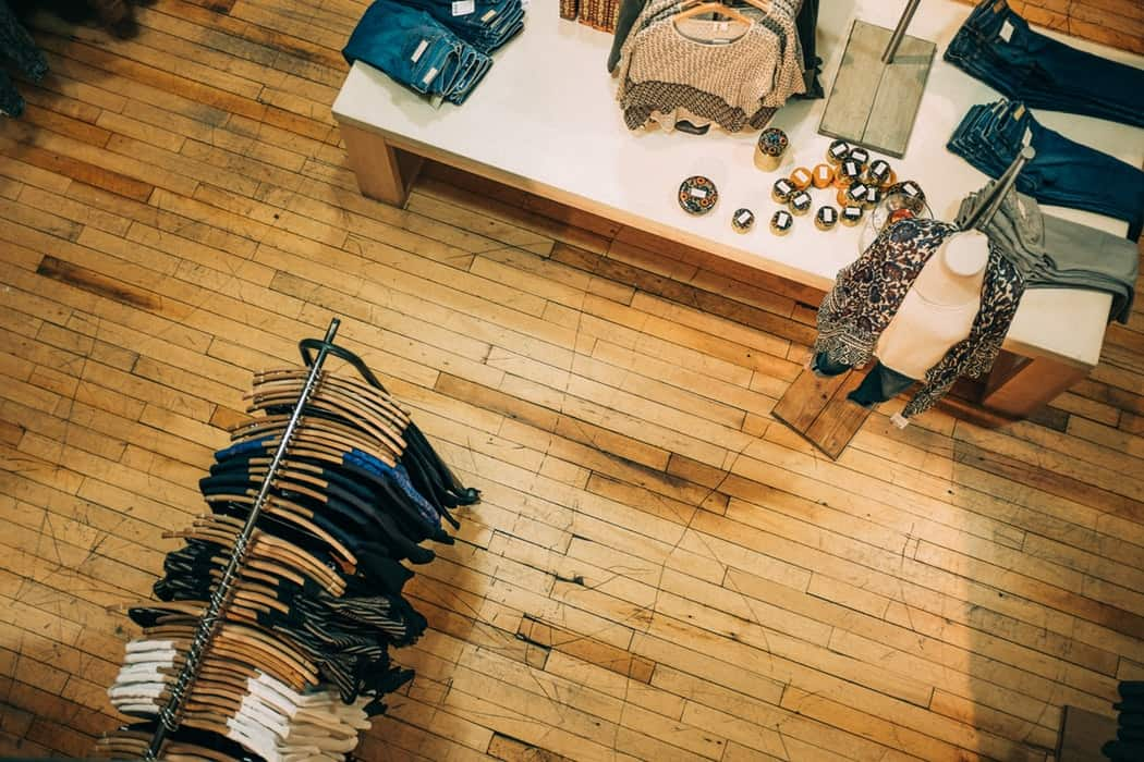 Bob desk - comment augmenter le trafic de votre magasin - 4 recommandations maintenance et merchandising /boutique de vêtements, agencement des meubles