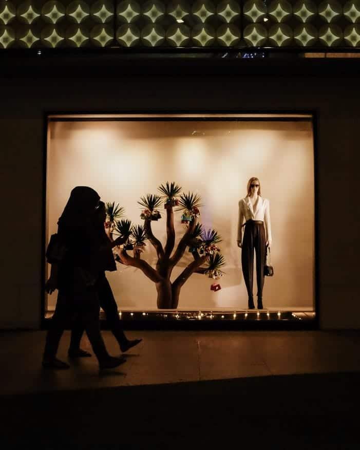 Bob desk - comment augmenter le trafic de votre magasin - 4 recommandations maintenance et merchandising / vitrine saisonnière arbre, mannequin, nuit, et lumières