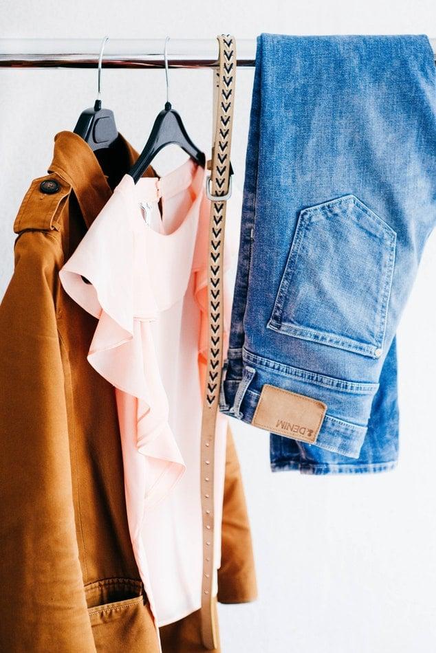 Agencement magasin - cabine d essayage - GMAO retail et magasins et boutiques - Bob! Desk, logiciel de gestion de maintenance - SAAS : portant de vêtements sur cintres dans une cabine d'essayage