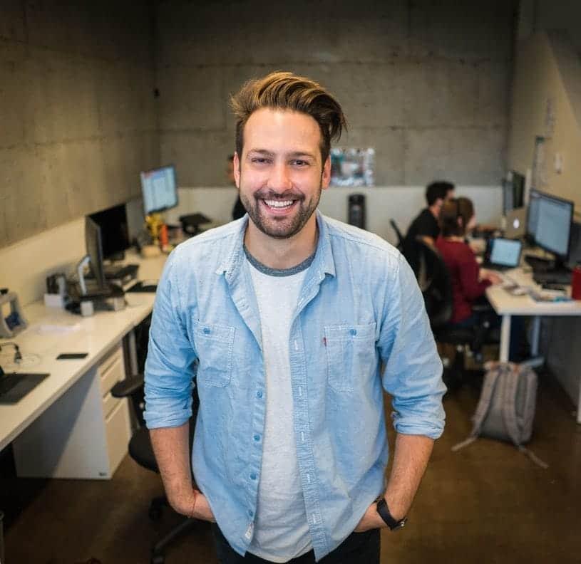 Portrait d'un homme - Employé du mois : la reconnaissance au travail ? - Bob! Desk, logiciel de maintenance, GMAO, logiciel SAAS